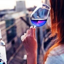 В Испании появился необычный напиток — вино синего цвета!