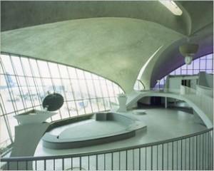 Бассейн на территории аэропорта